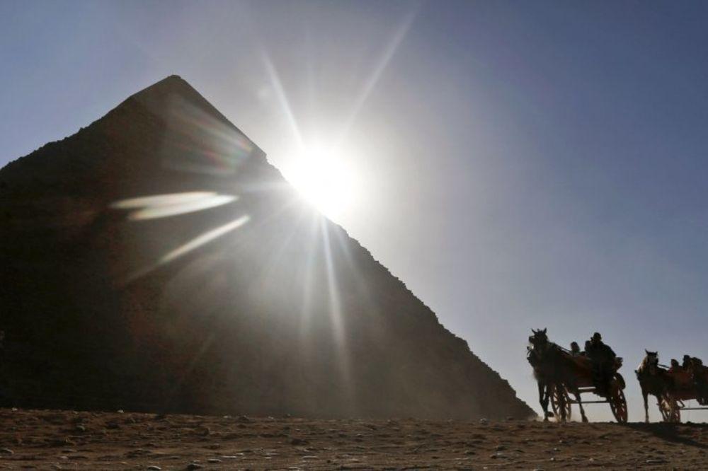 DOKAZANO: Sunce je lekovito, rak kože izazivaju kreme za sunčanje! Sunce-iza-piramida-foto-ap-1404736457-530077