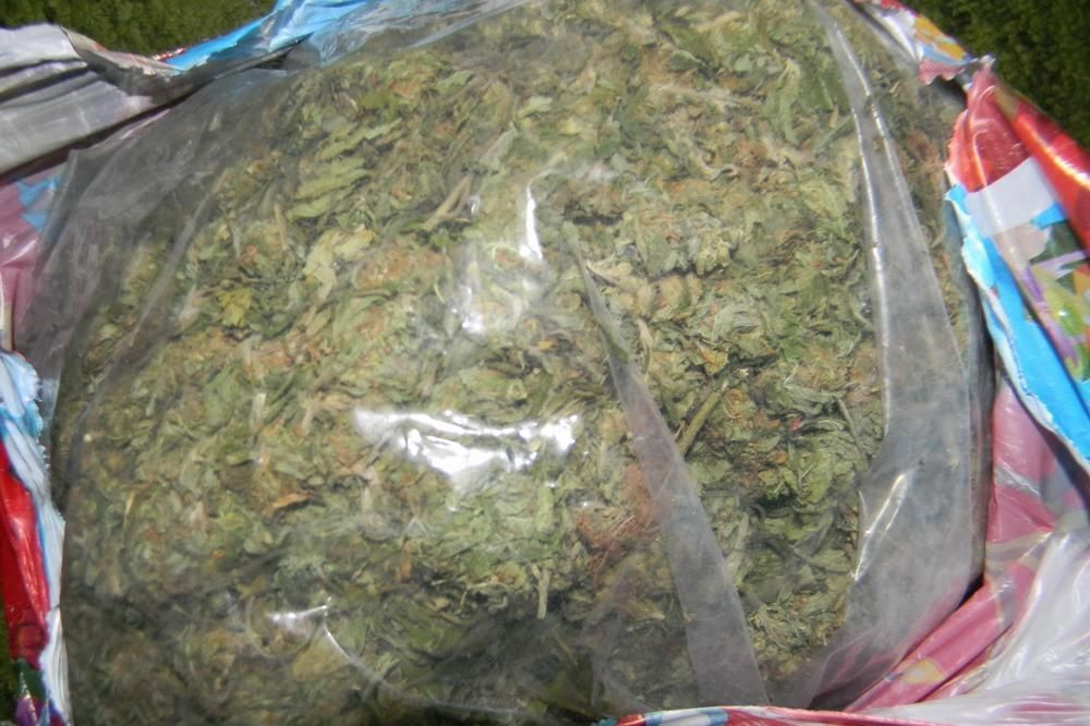 BEŽAO OD POLICIJE: Na mopedu vozio plastičnu kantu sa 2,5 kg marihuane!