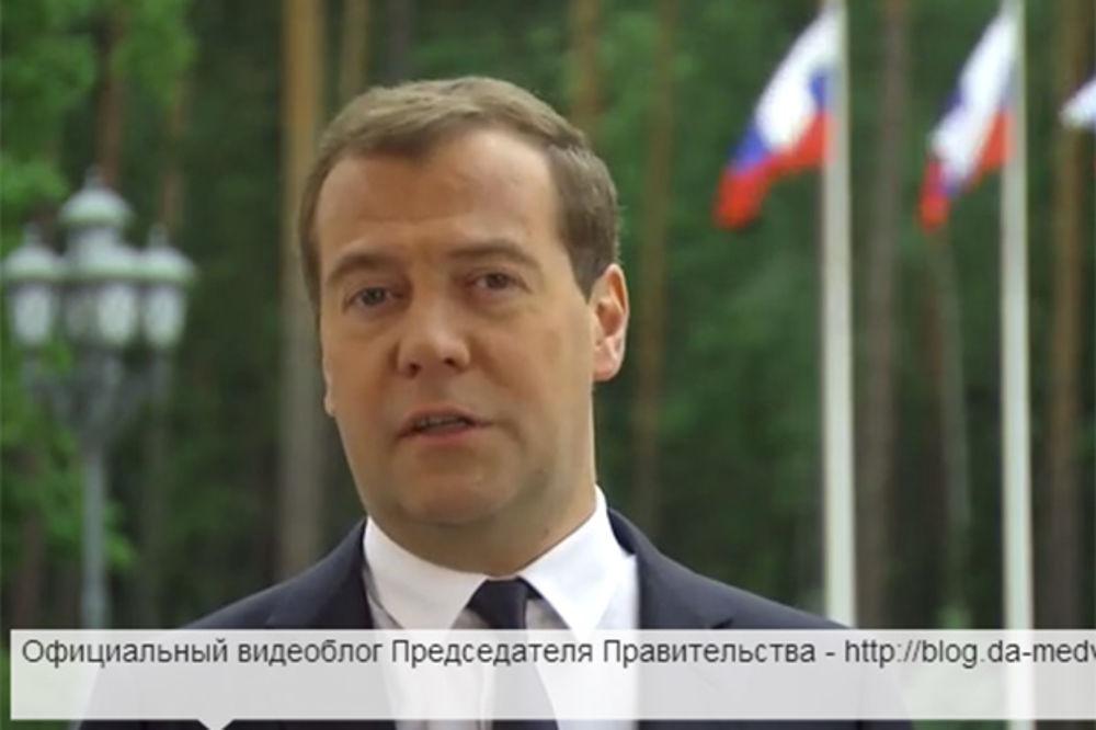 (VIDEO) ZALJUBLJEN U INTERNET: Dmitrij Medvedev najavio svoj video-blog svakog petka!