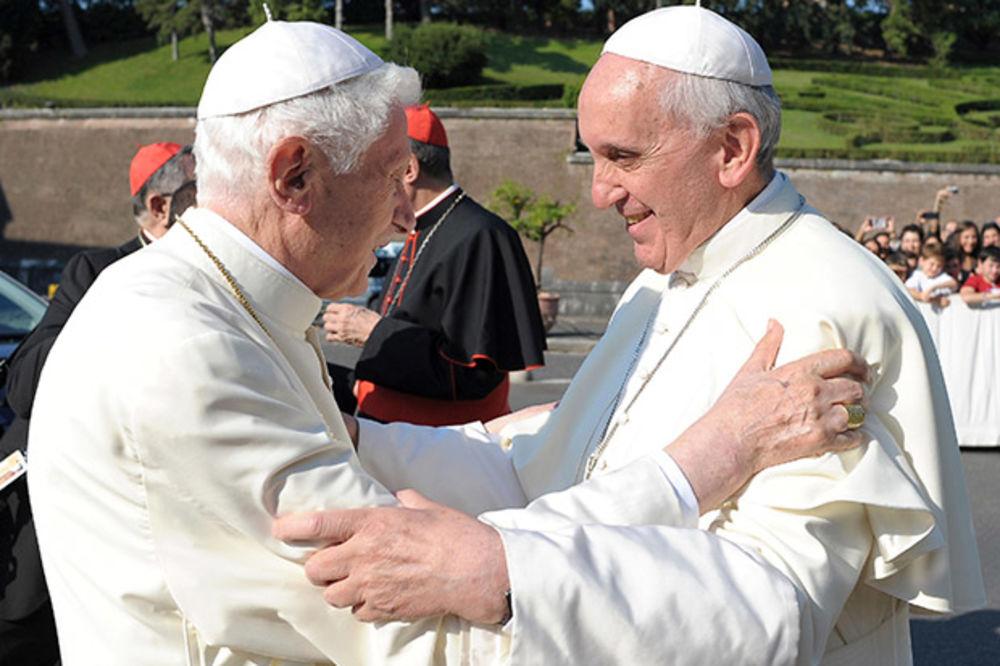 Papa Franja: Benedikt se teško kreće, ali mu je um oštar
