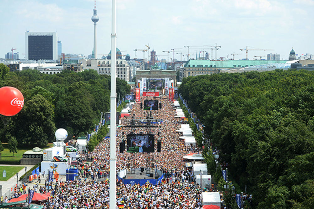 DOČEK DOSTOJAN SVETSKIH ŠAMPIONA: Pola miliona ljudi pozdravilo pancere u Berlinu (FOTO)
