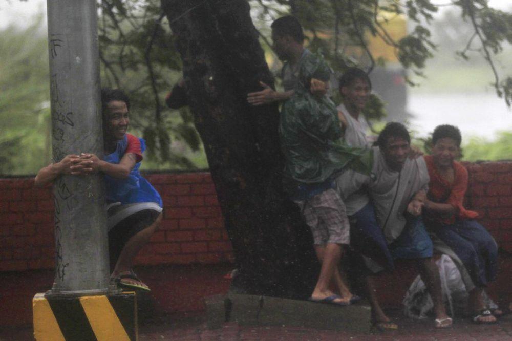 FILIPINI: Tajfun odneo 10 ljudskih života, evakuisano 370.000 ljudi