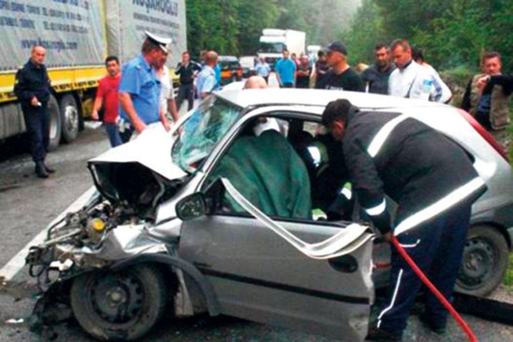 AUTO PODLETEO POD KAMION: Kod Foče teško povređena porodica iz Srbije
