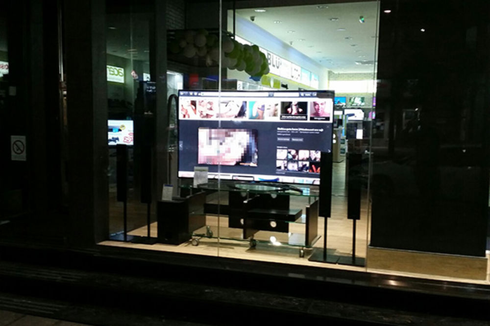 NESLANA ŠALA: Prodavnici na Terazijama podmetnuli porno snimke na televizorima u izlogu