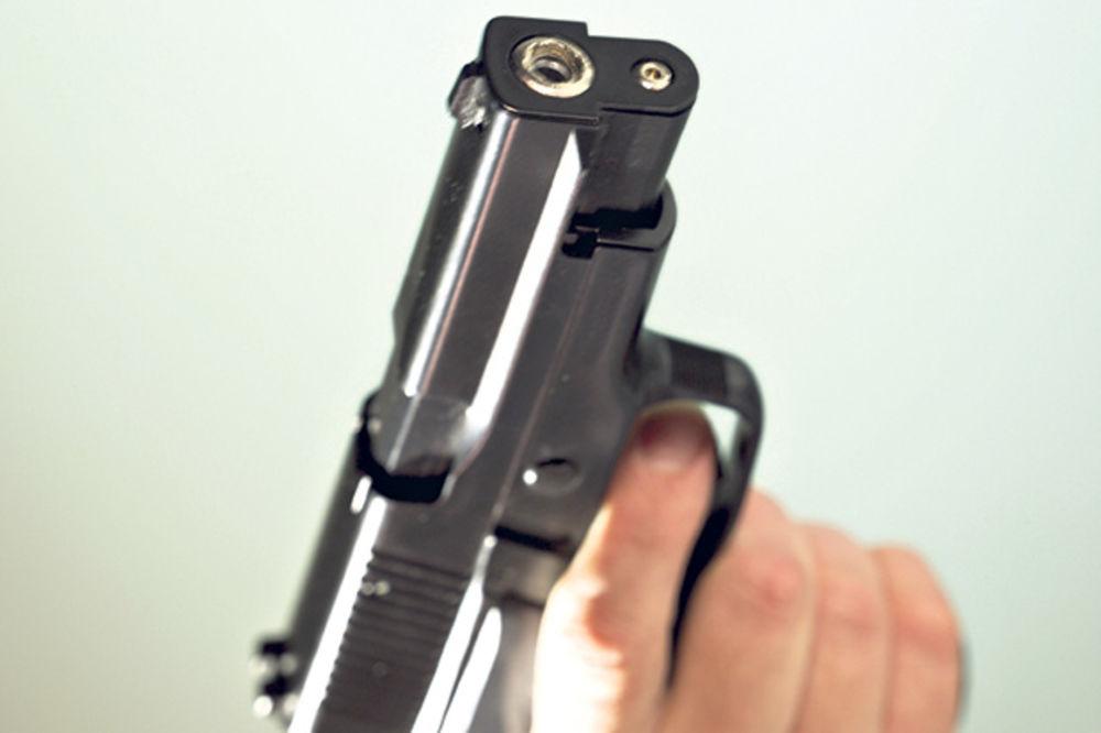 UBIO SE U POLICIJSKOM AUTU: Policajcu istrgao pištolj iz futrole i pucao sebi u glavu!