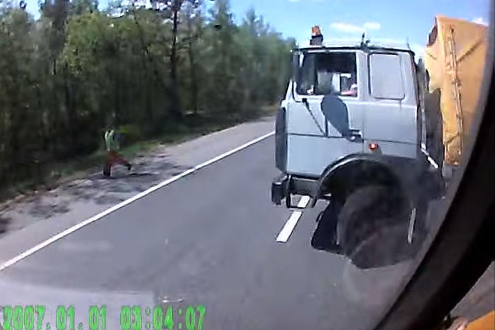 STRAVIČAN SUDAR DVA KAMIONA: Pogibija posle kobnog okretanja na putu! (UZNEMIRUJUĆI SNIMAK)