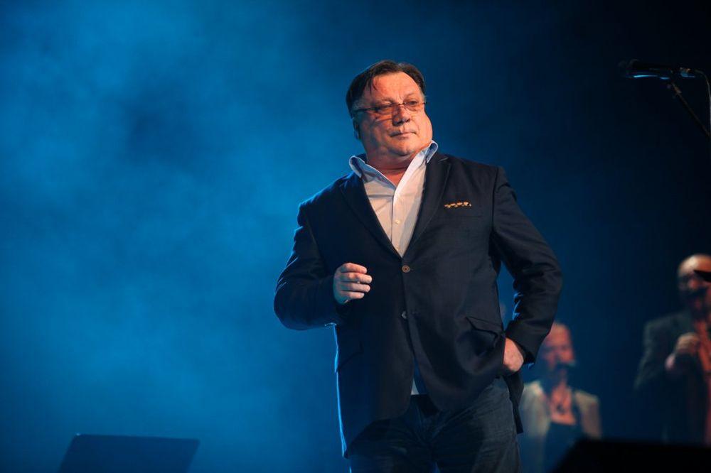 TRAGEDIJA NA KONCERTU HALIDA BEŠLIĆA: Pevač predgrupe otpevao 3 pesme i umro na bini pred publikom