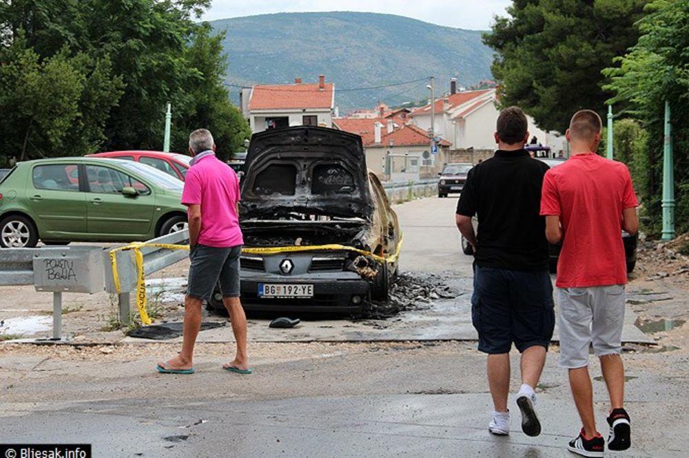 NOVI VANDALIZAM U MOSTARU: Zapaljen reno beogradskih tablica!