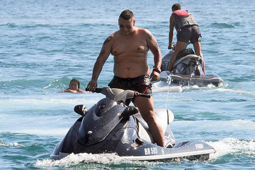 LUDUJE: Ana u Beogradu čuva bebu, Darko luduje na moru!
