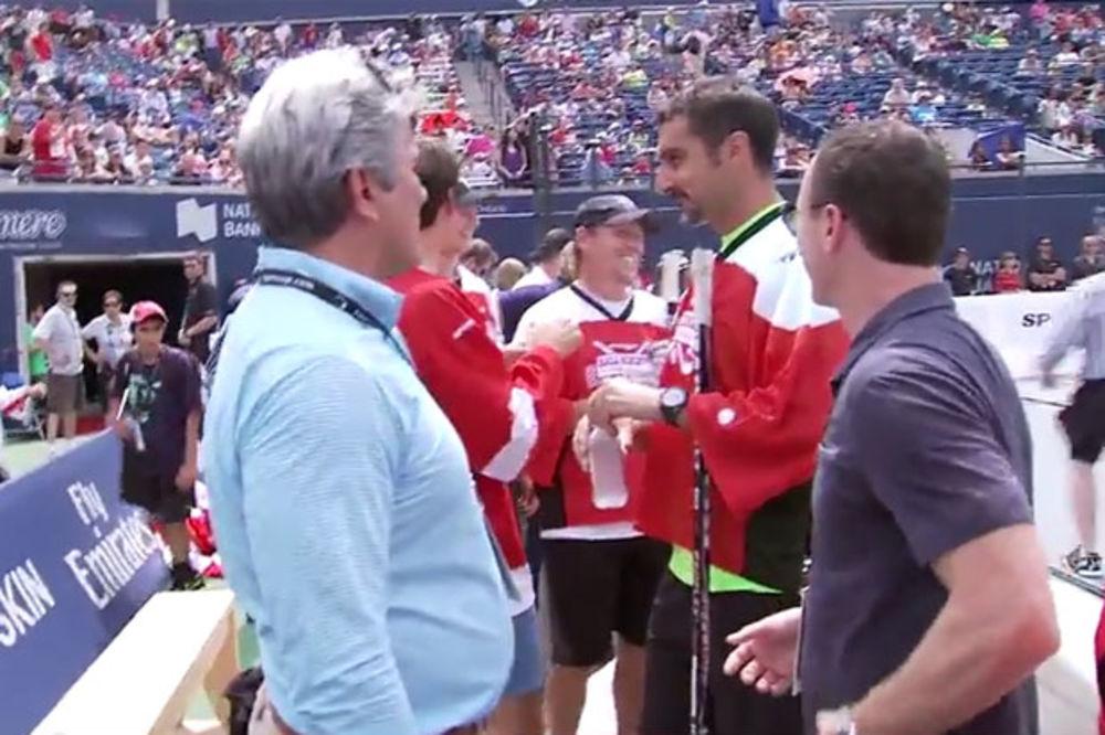 SJAJNA ZABAVA: Zimonjić i Federer igrali hokej u patikama