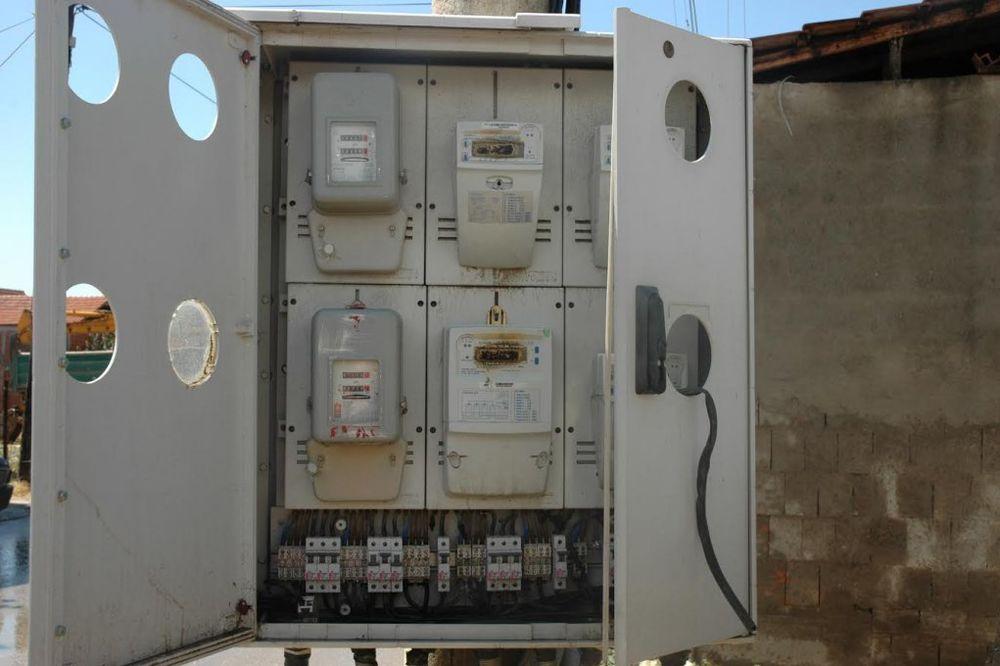 (FOTO) VAN ZAKONA: Pogledajte kako razbijaju strujomere u Velikom Trnovcu!