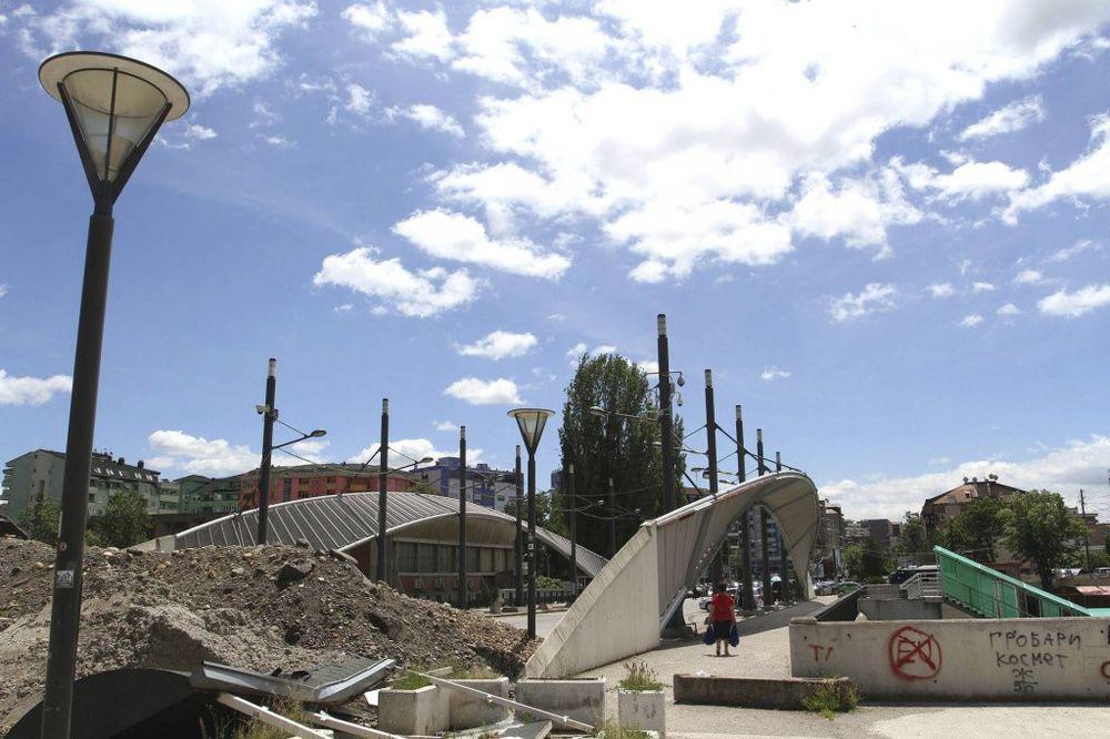 KOSOVSKA MITROVICA: Molotovljevim koktelima i kamenicama na bivšu zgradu opštine