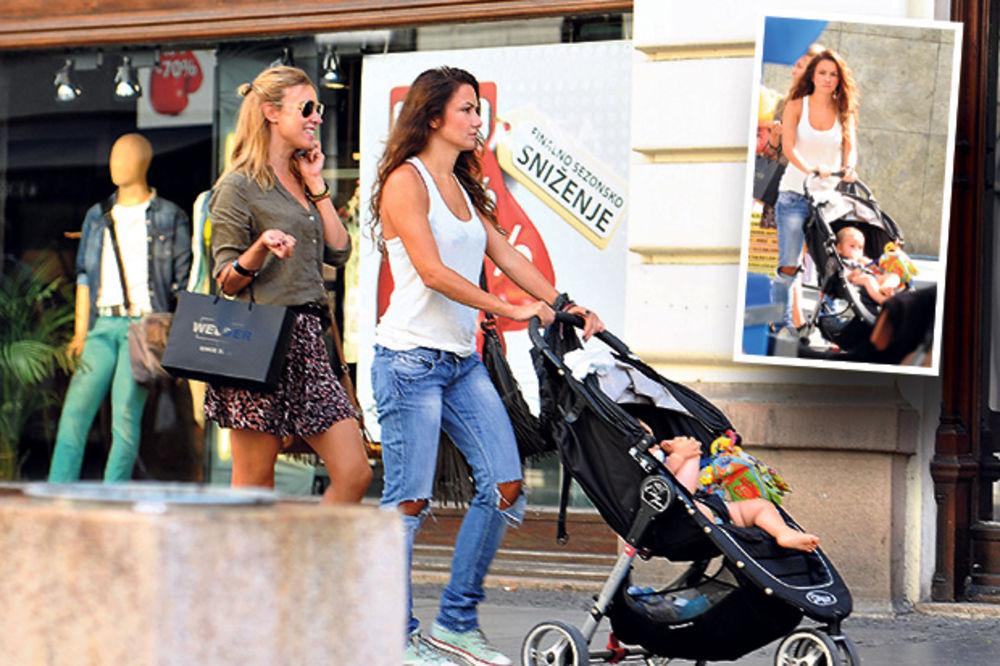 Sindi šeta tuđe dete u kolicima