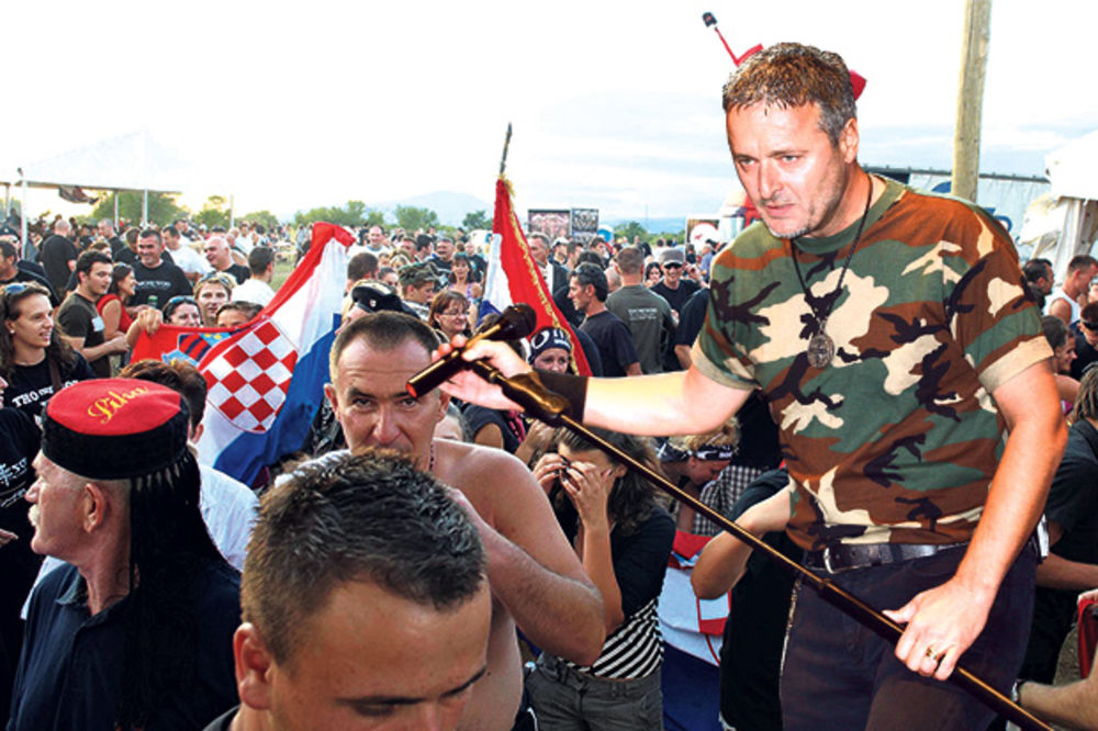 SRAMOTA Fašista Tompson sa 100.000 Hrvata vikao: Za dom spremni