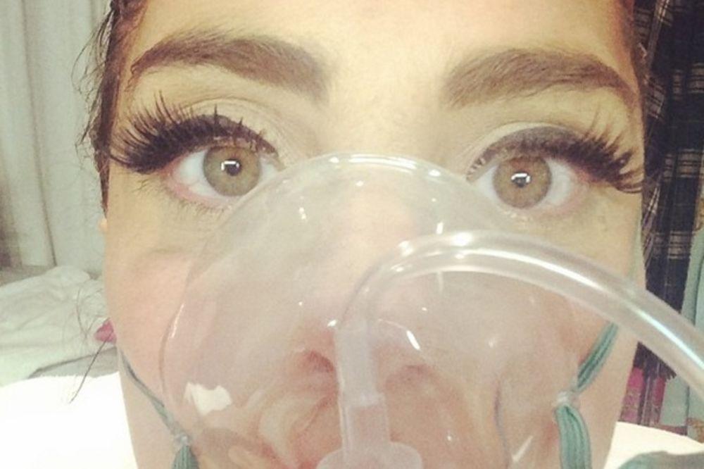 SELFI SA MASKOM ZA KISEONIK: Ledi Gaga završila u bolnici!