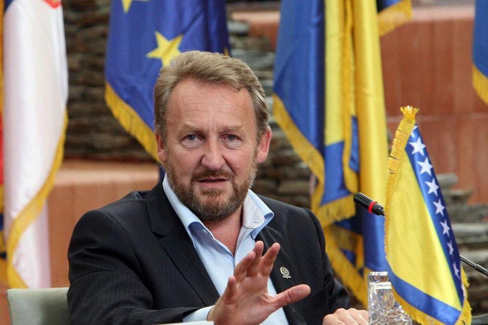 RASKOL U PREDSEDNIŠTVU BiH: Izetbegović podržao britansku rezoluciju u Srebrenici