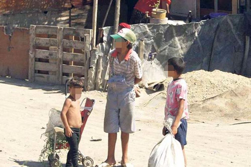 SRAMOTA: Romi umesto hrane kupovali šminku!
