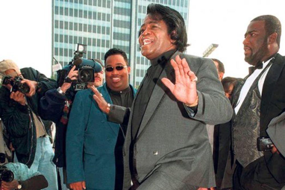 Preminulom pevaču Džejmsu Braunu seku obe noge!