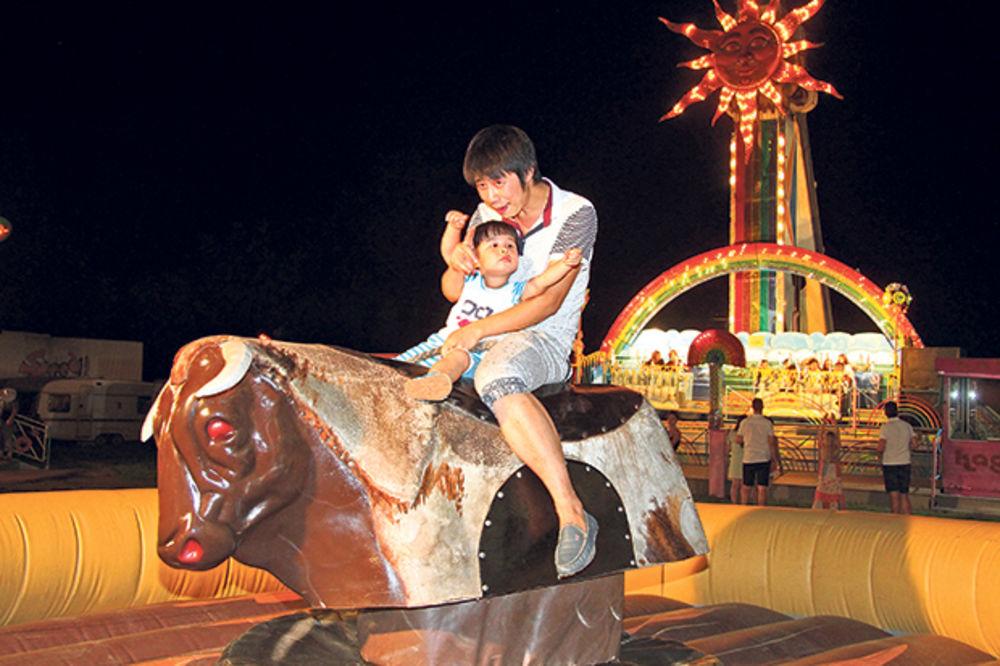 BIR FEST: Deca u luna-parku, a roditelji na pivu!