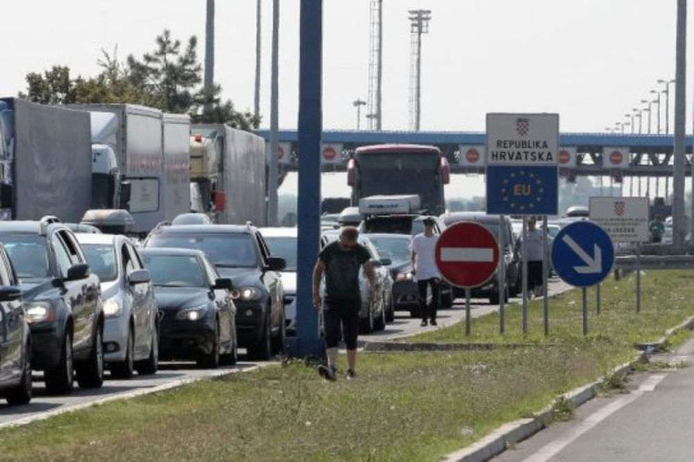 KREĆU NOVOGODIŠNJI PRAZNICI: Putnici na ulazu u Srbiju čekaju više sati
