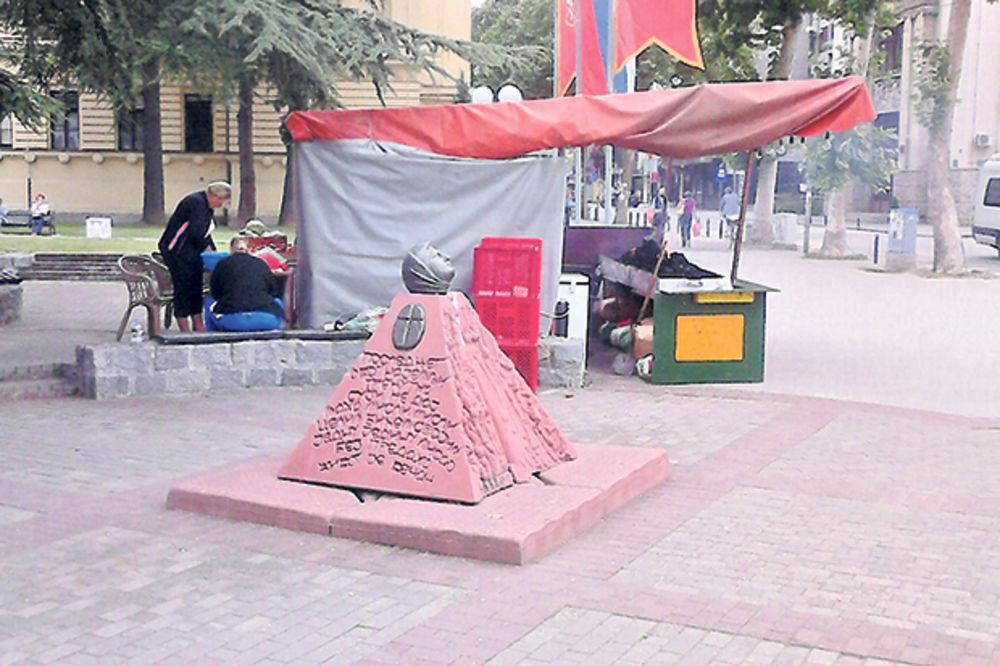 Nepoštovanje naše istorije: Spomenik u Valjevu ispod šatre s roštiljem!