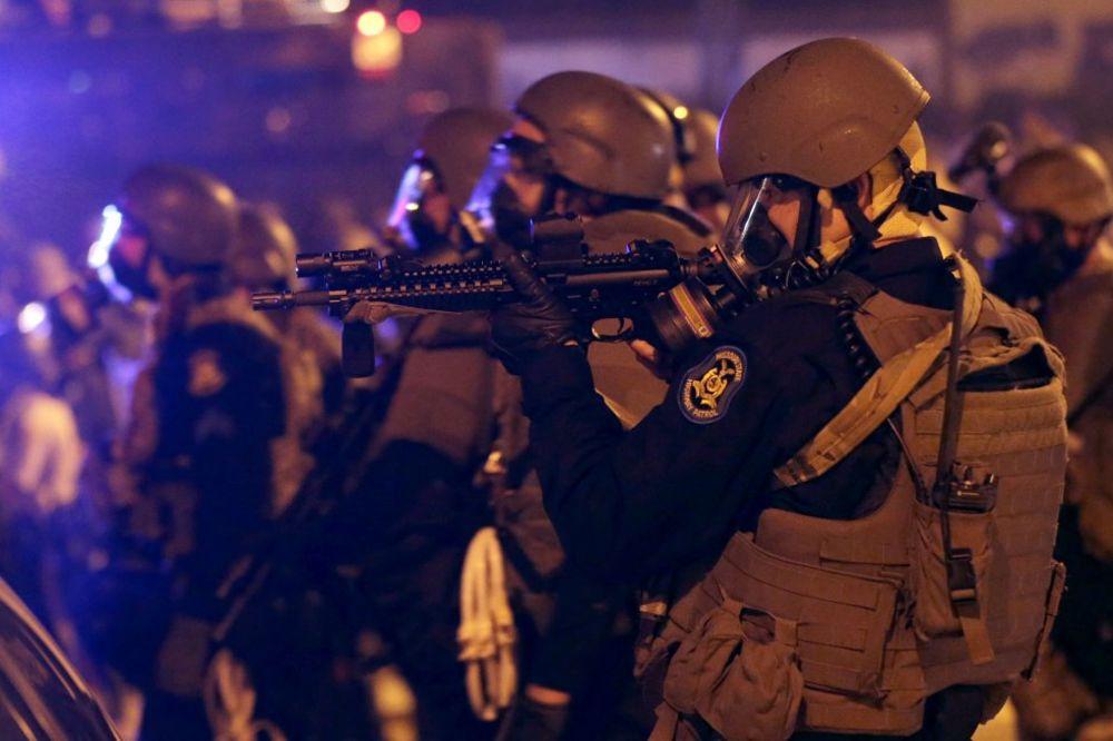 (VIDEO) RASNI RAT: Na demonstrante u Fergusonu poslata Nacionalna garda!