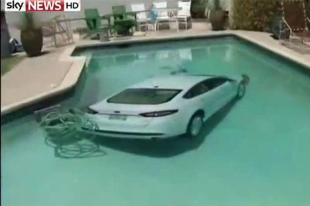 (VIDEO) ALA SE ISPARKIRAO: Izlazio limuzinom iz garaže i sleteo pravo u bazen