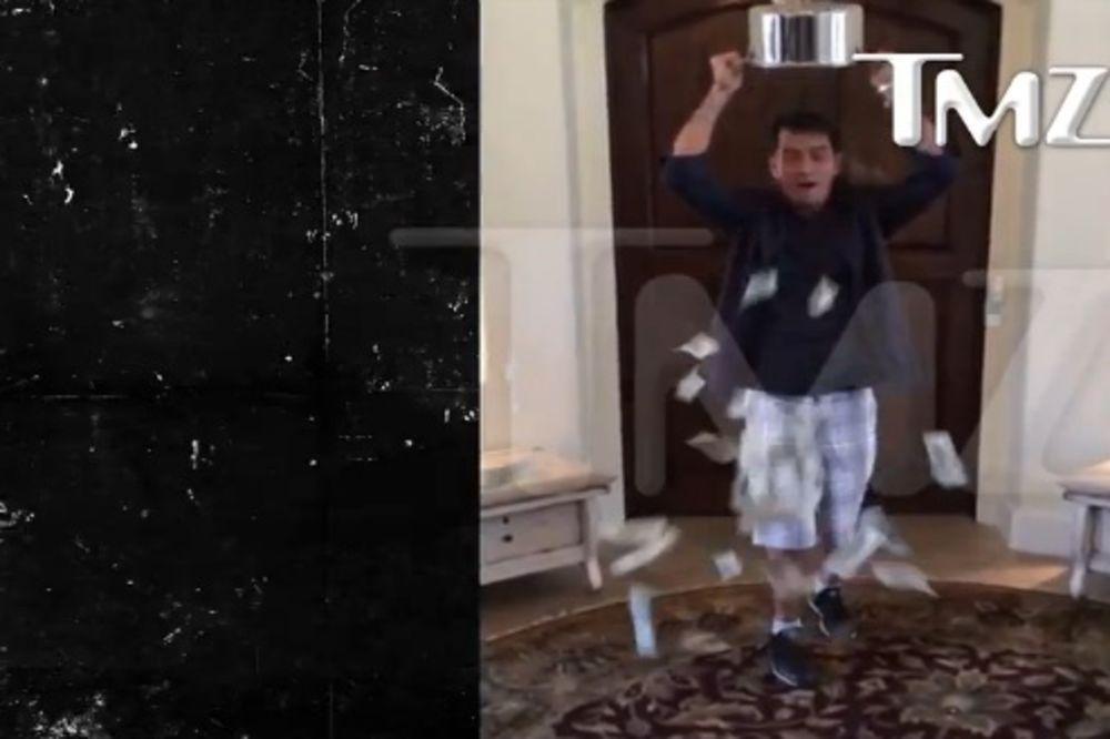 LEDENI IZAZOV: Čarli Šin se okupao u 10.000 dolara!