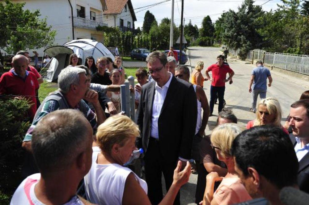 Vučić: Izdato 2.500 rešenja za pomoć u Obrenovcu