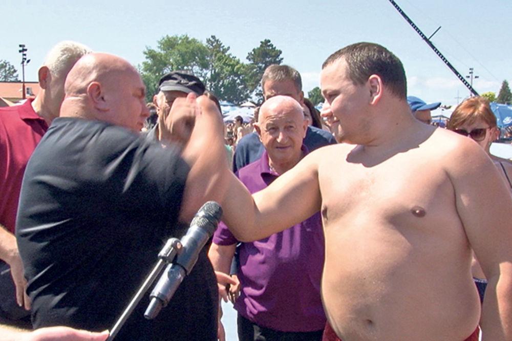 (VIDEO) PALMA POKAZAO DA JE U KONDICIJI: Marković obarao ruke sa gostima akva parka!