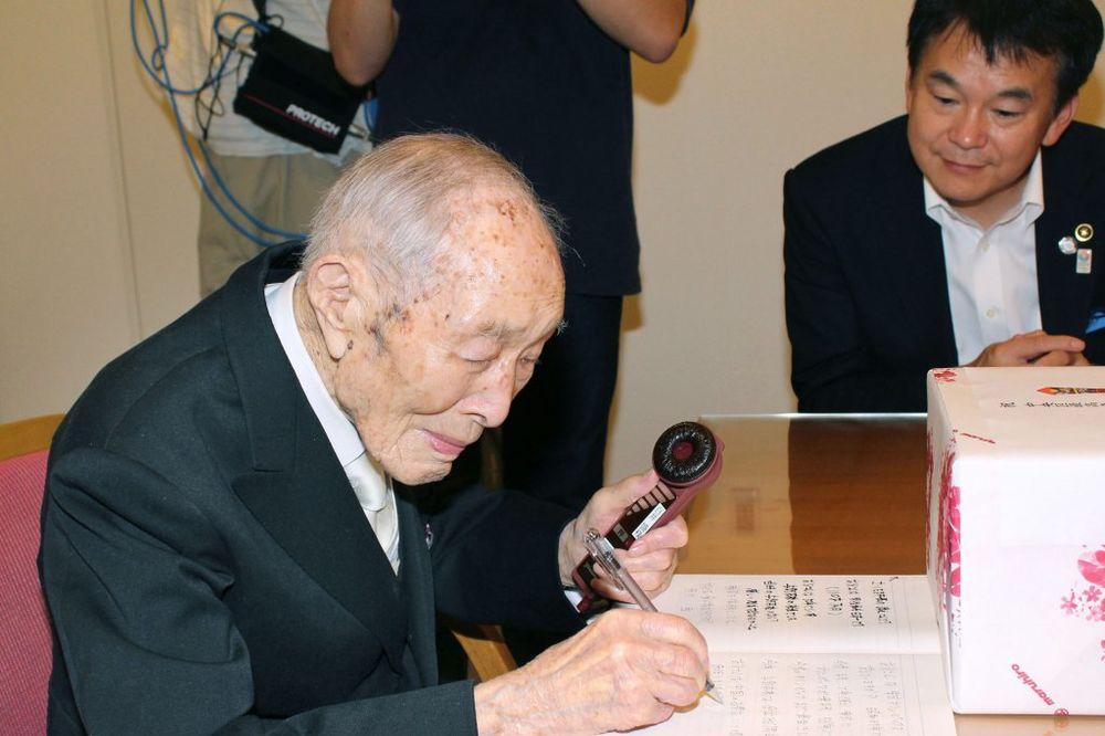 NAJSTARIJI MUŠKARAC NA SVETU: Učitelj iz Japana ima 111 godina!