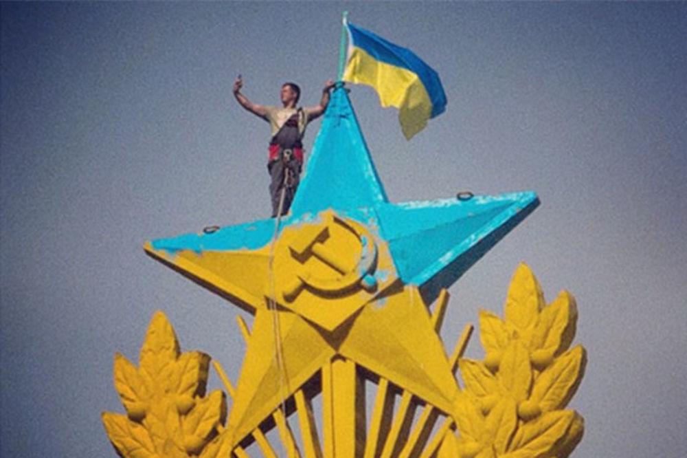 (VIDEO) Alpinisti uhapšeni posle postavljanja ukrajinske zastave na vrh nebodera u Moskvi!