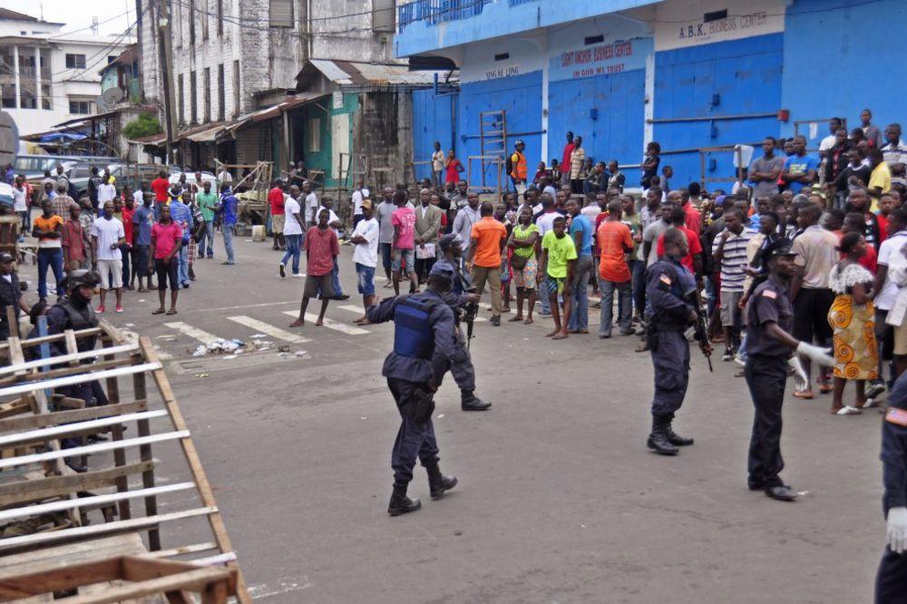 PANIKA: Hteli da pobegnu iz karantina zbog ebole, policija ih vratila suzavcem