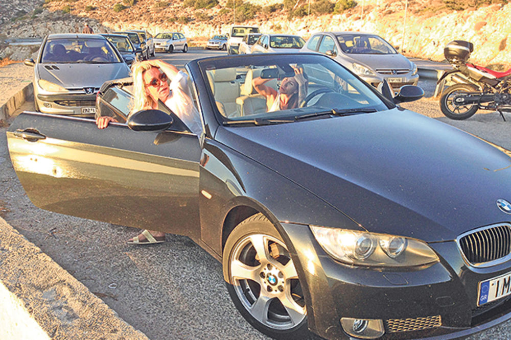 HIT: Vesna s Nikolijom lumpuje na plažama Atine
