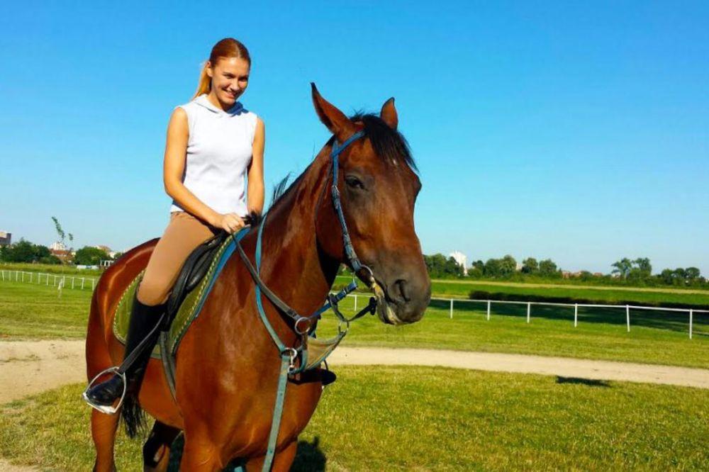 ODE U DŽOKEJE: Voditeljka Bojana dobila na poklon konja!