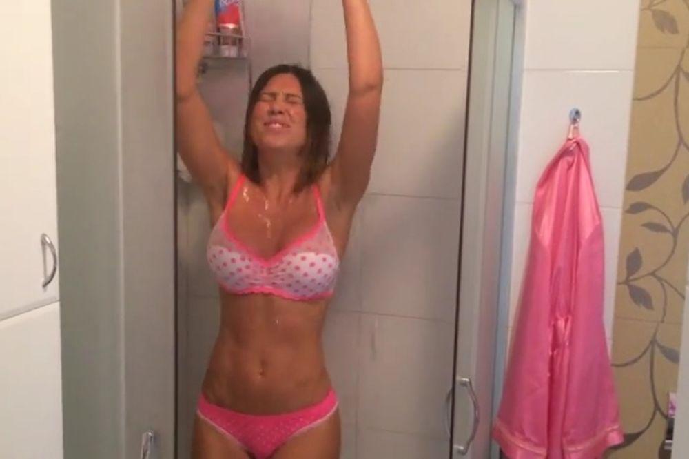 SMEJE JOJ SE CELI INTERNET: Stanija se u kupatilu zalila činijom vode!