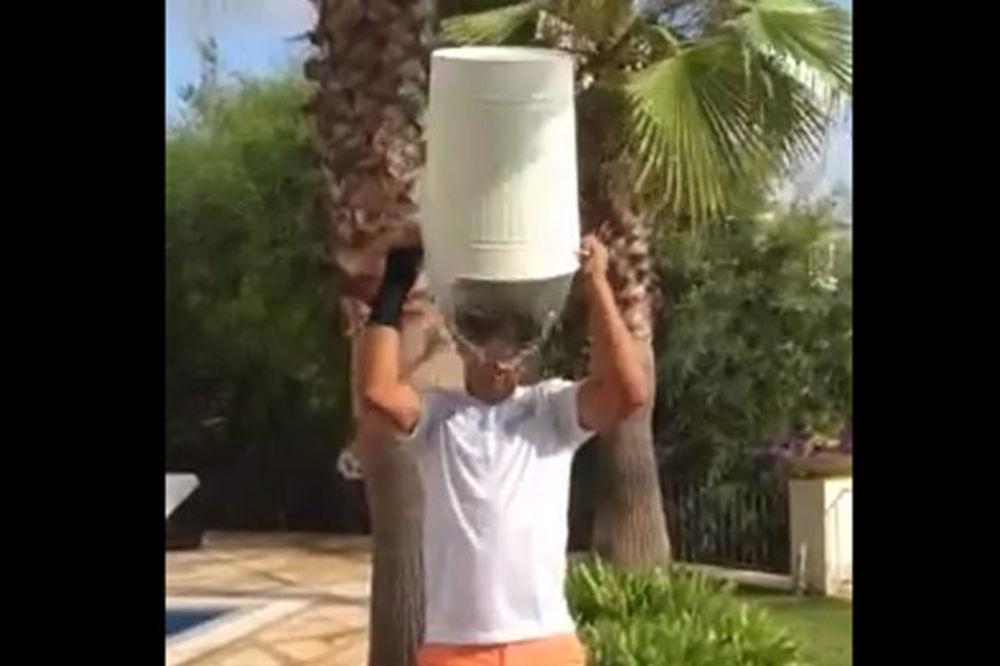 (VIDEO) RAZOČARAO OBOŽAVATELJKE: Nadal se u majici polio hladnom vodom