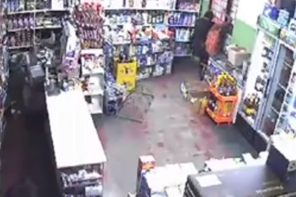 (VIDEO) PLJAČKA U BELOJ CRKVI: Tri prodavačice se borile sa naoružanim razbojnikom!