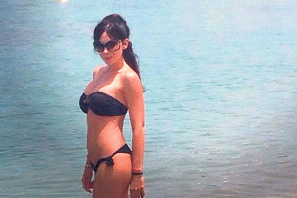 OVO JOŠ NISTE VIDELI: Slobina snajka se skinula u bikini!