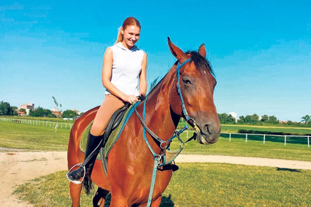 Bojana dobila konja, sad uči da jaše!
