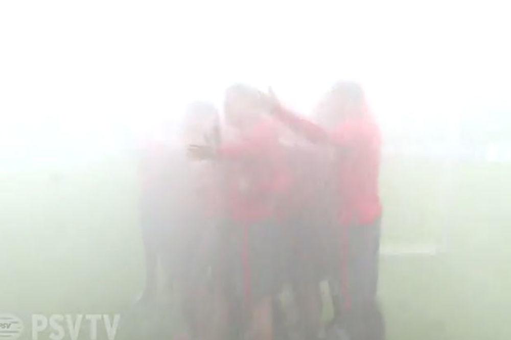 (VIDEO) NEVIĐENI LEDENI IZAZOV: Vatrogasci šmrkovima okupali fudbalere PSV Ajndhovena