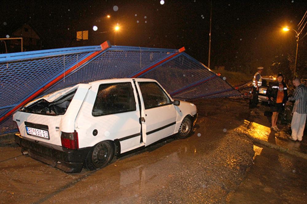 SNAŽNO NEVREME U SRBIJI: Pala ograda u selu Rakovica, otac i sin povređeni!