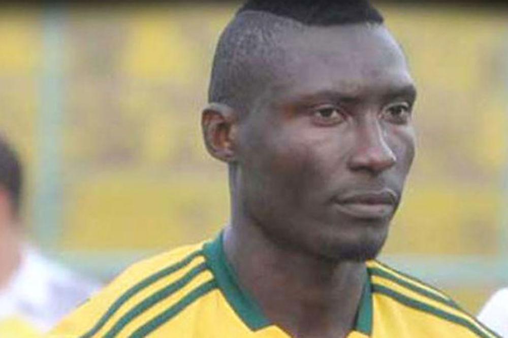 TRAGEDIJA: Fudbaler umro na terenu pošto ga je navijač pogodio tvrdim predmetom u glavu