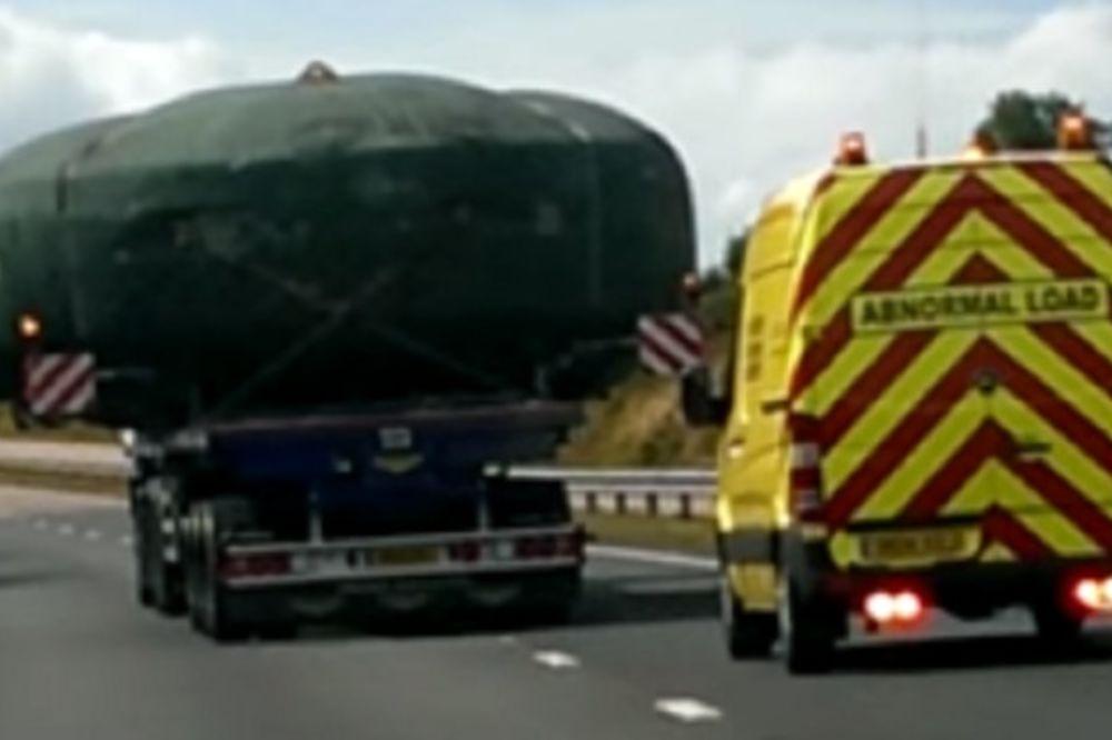 (VIDEO) TEORETIČARI ZAVERE: Auto-putem prevozili srušen NLO!