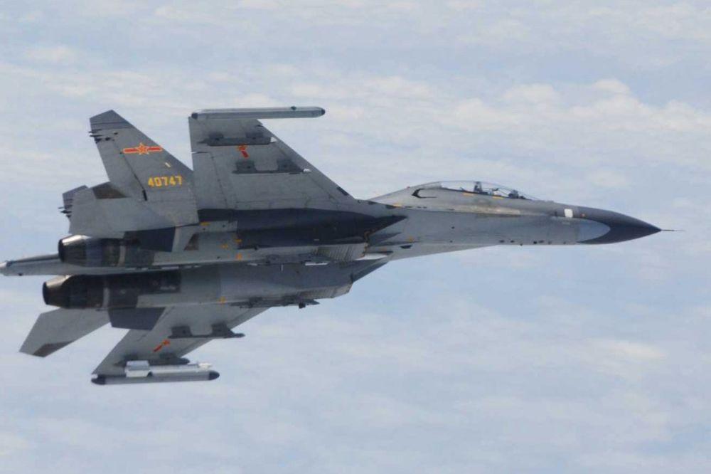 MALO SE ZANEO: Kineski vojni avion u letu prišao američkom na samo 6 metara!