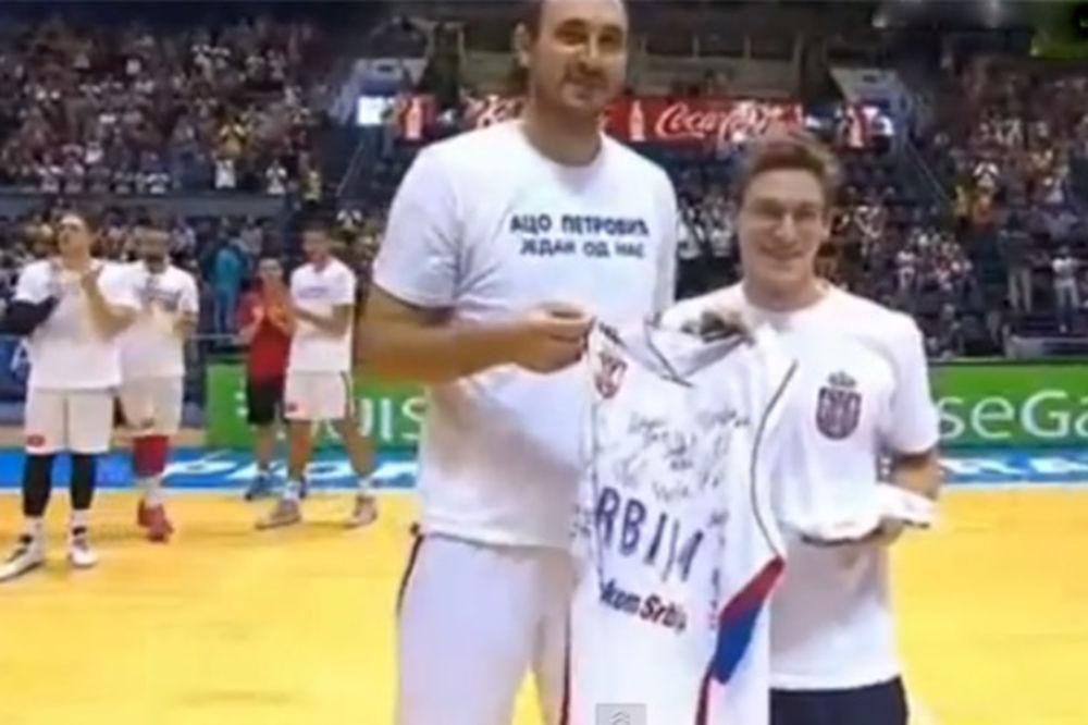 (VIDEO) OVACIJE ZA ŠAMPIONA: Košarkaši poklonili Velimiru Stjepanoviću dres