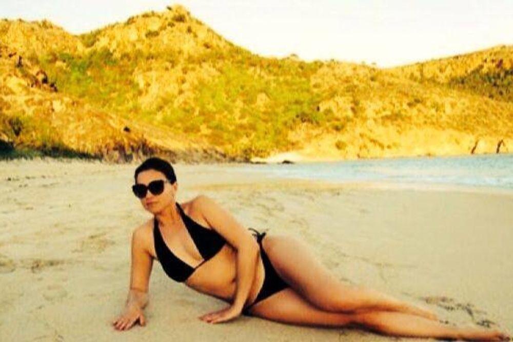 I ONA SE SKINULA: Nina Badrić na plaži pokazala više nego ikad!