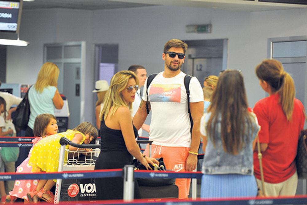 NAPUSTILI SRBIJU: Ana i Nikola zaustavili avion za Atinu