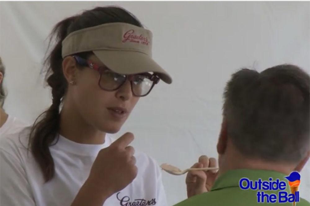 (VIDEO) SLATKO ZADOVOLJSTVO: Ana Ivanović krišom servirala sladoled navijačima