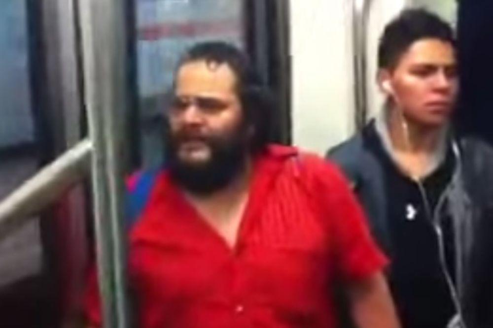 KO BI REKAO: Čovek otpevao poznati hit u podzemnoj železnici u Meksiku!